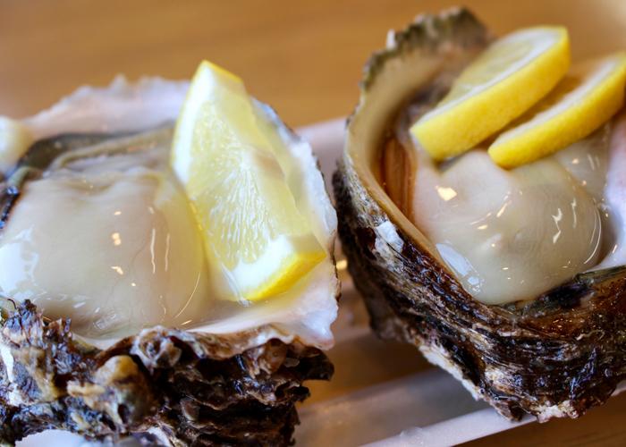 生牡蠣とレモン