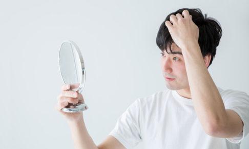 髪を確認する男性