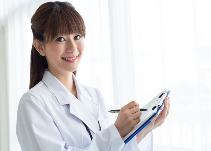 診察をする女性医師