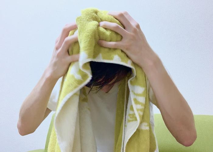 お風呂後タオルで頭を拭く男性