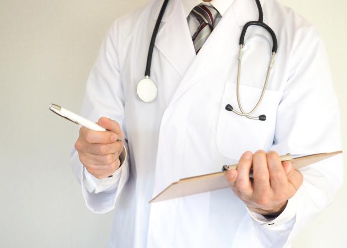 診察する医者