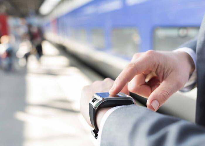 駅で時計を見るビジネスマン
